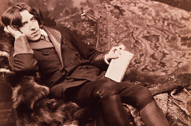 Mann mit Buch auf Couch
